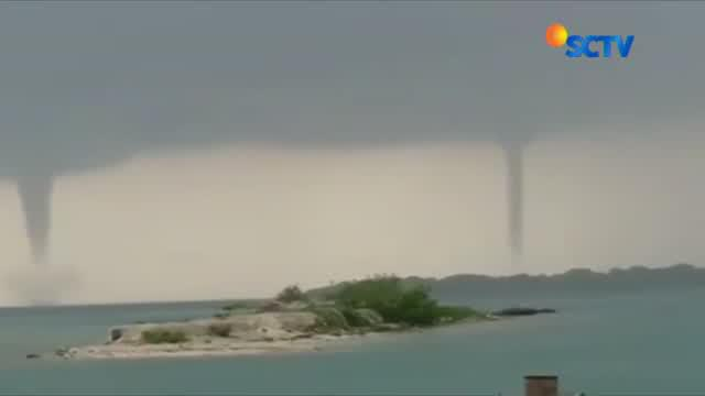 Penampakan tiga angin puting beliung secara bersamaan di wilayah Kepulauan Seribu Senin lalu merupakan fenomena yang langka terjadi.