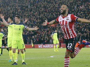Pemain Southampton, Nathan Redmond merayakan gol ke gawang Liverpool pada laga leg pertama Semifinal Piala Liga Inggris di St. Mary's stadium, Southampton (11/1/2017). Soton menang 1-0 atas Liverpool. (AP/Frank Augstein)