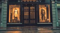 Burberry adalah merek mewah besar pertama yang membuat komitmen eksplisit untuk menjadi iklim positif di tahun 2040. (Foto: Unsplash.com/Joshua Lawrence).