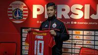 Persija memperkenalkan Farri Agri sebagai rekrutan anyar di Kantor Persija, Setiabudi, Jakarta Selatan, Rabu (18/9/2019). (Bola.com/Muhammad Adiyaksa).