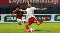 Pemain Persija Jakarta, Marko Simic (kanan) menendang bola kearah gawang Borneo FC Samarinda dalam pertandingan Babak Penyisihan Grup B Piala Menpora 2021 di Stadion Kanjuruhan, Malang. Sabtu (27/3/2021). (Bola.com/Ikhwan Yanuar)