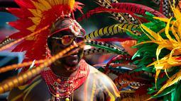 Seorang peserta mengenakan kostum saat berpartisipasi dalam Parade West Indian Day di distrik Brooklyn, New York, Senin (3/9).  Parade untuk memperingati budaya dan sejarah Karibia tersebut digelar rutin setiap tahun. (AP Photo/Craig Ruttle)