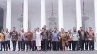 Presiden Joko Widodo bersama Ibu Iriana Joko Widodo dan Wapres Jusuf Kalla bersama Ibu Mufidah Jusuf Kalla dan sejumlah Menteri Kabinet Kerja Periode 2014-2019 melambaikan tangan saat acara perpisahan di Istana Negara, Jakarta, Jumat (18/10/2019). (Istimewa)