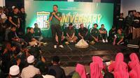 Manajer Persebaya Surabaya, Candra Wahyudi, memberikan sambutan pada perayaan ulang tahun klub di Mes Eri Irianto, Senin (17/6/2019) malam. (Bola.com/Aditya Wany)