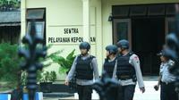 Tim Jihandak Polda Jatim mengevakuasi dan meledakkan ransel hitam mencurigakan di Kantor Polsek Gapura, Sumenep. (Liputan6.com/Mohamad Fahrul)