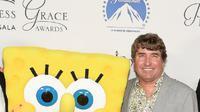 Stephen McDannell Hillenburg atau akrab disapa Stephen Hillenburg berpose bersama tokoh kartun ciptaannya, SpongeBob Squarepants. (File AFP)