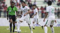 Kapten Timnas Indonesia, Hansamu Yama, mengontrol bola saat melawan Timor Leste pada laga SEA Games di Stadion MPS, Selangor, Minggu (20/8/2017). Indonesia menang 1-0 atas Timor Leste. (Bola.com/Vitalis Yogi Trisna)