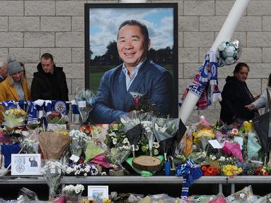 Pemilik Leicester, Vichai Srivaddhanaprabha, meninggal dunia suasana duka terasa di Stadion King Power, Leicester, Kamis (1/11). Pria asal Thailand itu meninggal dunia akibat kecelakaan helicopter. (AFP/Daniel Leal-Olivas)