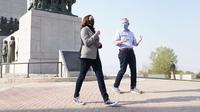 Kamala Harris mengenakan Sepatu Converse Chuck Taylor All Star. (dok. Instagram @kamalaharris/https://www.instagram.com/p/CF5JoIEDjs0/Dinny Mutiah)