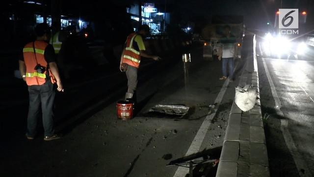 Jelang arus mudik lebaran, penambalan jalan berlubang di ruas jalan raya Serang, Tangerang, Banten, Minggu malam, terus dikebut.