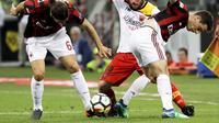 Pemain Benevento, Enrico Brignola mencoba melewati dua pemain AC Milan, Ricardo Rodriguez dan Giacomo Bonaventura. (AP Photo/Luca Bruno)