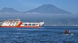 Personel TNI AL menggunakan perahu karet saat melakukan operasi pencarian dan penyelamatan korban kapal penumpang KMP Yunicee yang tenggelam dekat Pelabuhan Gilimanuk, Bali, Rabu (30/6/2021). KMP Yunicee tenggelam di Perairan Gilimanuk, 29 Juni 2021 malam. (AP Photo/Fauzy Chaniago)