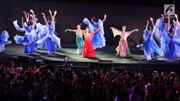Sejumlah penari China menyemarakkan Upacara Penutupan Asian Games 2018 di Stadion Utama GBK, Jakarta, Minggu (2/9). Tarian terlihat seperti refleksi keindahan alam Kota Hangzhou sebagai tuan rumah Asian Games 2022 (Liputan6.com/Helmi Fithriansyah)