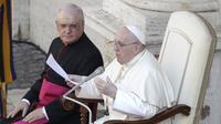 Paus Fransiskus menyampaikan pesannya di halaman St. Damaso pada audiensi umum mingguannya di Vatikan, Rabu (16/9/2020). (AP Photo/Gregorio Borgia)