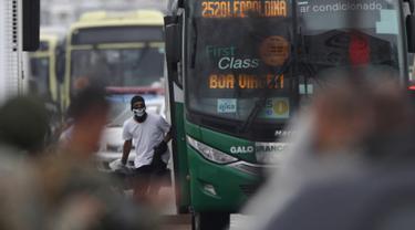 Seorang pria bersenjata menyandera puluhan orang dalam bus di sebuah jembatan yang menghubungkan Kota Niteroi dengan Rio de Janeiro, Brasil, Selasa (20/8/2019). Pria tersebut mengancam akan membakar kendaraan berisi 37 orang itu. (AP Photo/Ricardo Cassiano/Agencia O Dia)