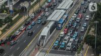 Sejumlah kendaraan melintas di kawasan Bundaran HI, Jakarta, Kamis (19/12/2019). Dishub DKI Jakarta mengklaim sudah melampaui target mengatasi kemacetan. (Liputan6.com/Faizal Fanani)