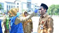 Pemeriksaan suhu tubuh di Kantor Bupati Gresik, Jawa Timur pada Senin, (16/3/2020). (Foto: Liputan6.com/Dian Kurniawan)