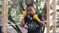 Petinju Indonesia, Daud Yordan melakukan latihan jelang bertolak ke Uruguay di Jakarta, Selasa (17/5/2016). (Liputan6.com/Helmi Fithriansyah)