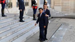 Presiden Prancis Emmanuel Macron (kanan) menyambut Wakil Presiden Indonesia Jusuf Kalla saat menghadiri KTT Paris: Ekstremisme Online di Istana Elysee, Paris, Prancis, Rabu (15/5/2019). Forum ini membahas pencegahan terorisme melalui penggunaan dunia digital. (REUTERS/Philippe Wojazer)