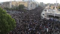 Demonstan berkumpul untuk mengecam kematian George Floyd di Paris, Prancis, Selasa (2/6/2020). Kematian pria kulit hitam George Floyd saat ditangkap oleh polisi Amerika Serikat memicu kemarahan di sejumlah negara. (AP Photo/Michel Euler, File)