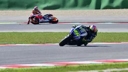 Publik masih ingat bagaimana Marc Marquez jatuh setelah diadang Valentino Rossi saat balapan MotoGP Malaysia di Sirkuit Sepang pada 2015 silam. (Foto: AFP/Guiseppe Cacace)