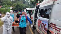 Petugas medis Sulteng yang membantu penanganan pascagempa Mamuju mengevakuasi salah satu korban luka di Kecamatan Tapalang, Mamuju ke RS, Rabu (20/01/2021). (Foto: Heri Susanto/ Liputan6.com)
