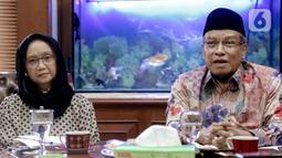 Menteri Luar Negeri (Menlu) Retno LP Marsudi (kiri) dan Ketua Umum PBNU Said Aqil Siradj memberikan keterangan seusai melakukan pertemuan di Kantor PBNU, Jakarta, Selasa (11/2/2020). Pertemuan membahas wacana pemulangan WNI eks kelompok ISIS ke Indonesia. (Liputan6.com/Faizal Fanani)