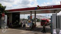 Petugas militer melintas di pintu masuk Depo Pertamina Plumpang, Jakarta Utara, Selasa (1/11). Meski adanya aksi mogok kerja Awak Mobil Tangki (AMT), di lokasi masih ada mobil-mobil tangki milik Pertamina yang beroperasi. (Liputan6.com/Faizal Fanani)