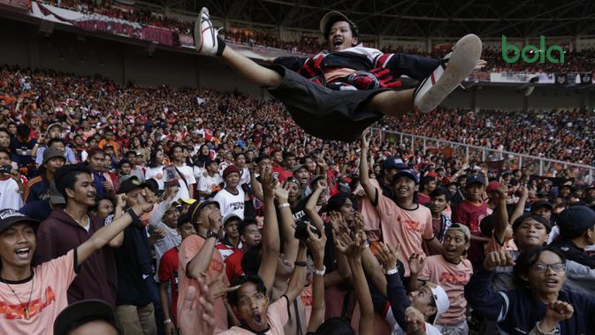 Suporter Persija, The Jakmania, melakukan moshing memberikan dukungan saat melawan Persela pada laga Liga 1 di SUGBK, Jakarta, Selasa (20/11). Persija menang 3-0 atas Persela. (Bola.com/Vitalis Yogi Trisna)