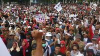 Ribuan honorer K2 seluruh Indonesia berunjuk rasa di depan Istana Merdeka, Jakarta, Selasa (30/10). Mereka menuntut Presiden Joko Widodo segera mengesahkan Revisi UU ASN No 5/2015. (Liputan6.com/Angga Yuniar)