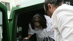 Pelawak Tri Retno Prayudati atau Nunung Srimulat dibantu suaminya, July Jan Sambiran turun dari mobil tahanan setibanya untuk sidang perdana di PN Jakarta Selatan, Rabu (2/10/2019). Nunung dan July Jan Sambiran akan mendengar pembacaan dakwaan oleh Jaksa Penuntut Umum. (Liputan6.com/Herman Zakharia)
