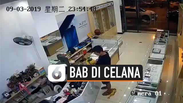Sebuah kamera CCTV memperlihatkan seorang pria tak sengaja BAB di celana dan mengotori lantai toko. Untuk menutupi rasa malu, pria tersebut terlihat tetap santai dan membaurkan kotoran tinja tersebut.