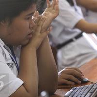 Seorang siswa SMA kelas XII mengikuti ujian nasional berbasis komputer (UNBK) di SMAN 3 Jakarta, Senin (10/4). Sebanyak 57.659 siswa SMA dan Madrasah Aliyah (MA) di DKI Jakarta mengikuti UNBK hingga 13 April 2017. (Liputan6.com/Immanuel Antonius)