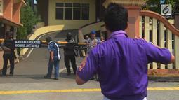 Polisi bersenjata lengkap berjaga di depan pintu masuk Polres Jakarta Timur, Rabu (16/5). Pengamanan markas tersebut di perketat menyusul adanya penyerangan Mapolda Riau pada Rabu pagi. (Merdeka.com/Imam Buhori)