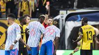Pada menit ke-35 Manchester United harus bermain dengan 10 pemain akibat Aaron Wan Bissaka menerima kartu merah langsung akibat pelanggaran menginjak kaki gelandang Young Boys, Christopher Martins. (Foto: Keystone via AP/Alessandro della Valle)