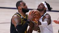 Pebasket Los Angeles Lakers, LeBron James, berebut bola dengan pebasket Denver Nuggets, Jerami Grant, pada gim kedua final wilayah barat Playoff NBA 2020, Senin (21/9/2020). Lakers menang dengan skor 105-103. (AP/Mark J. Terrill)
