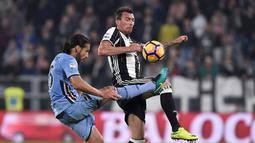 Striker Juventus, Mario Mandzukic, berebut bola dengan pemain Sampdoria, Matias Silvestre, dalam pertandingan pekan ke-10 Serie A di Juventus Stadium, Rabu (26/10/2016) waktu setempat. (Reuters/Giorgio Perottino)