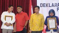 Perwakilan PDIP, Andreas Hugo Pariera (kedua kiri) berbincang usai menandatangani deklarasi Keterbukaan Informasi Peserta Pemilu 2019 di Jakarta, Selasa (22/5). Hal ini untuk mendukung Pemilu yang transparaan, akuntabel. (Liputan6.com/Helmi Fithriansyah)