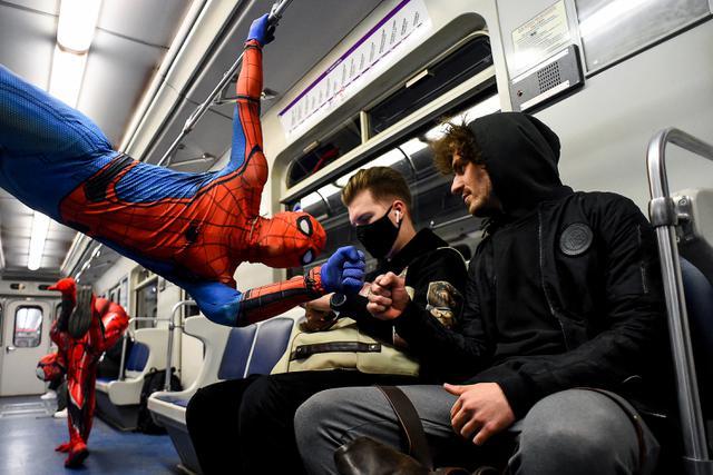 Penari underground yang mengenakan kostum Spiderman tampil di kereta bawah tanah Saint Petersburg, Rusia pada 21 Mei 2021. Penampilan khusus penari Rusia tersebut membuat sejumlah penumpang yang berada di dalam subway kaget dan terhibur. (Olga MALTSEVA / AFP)
