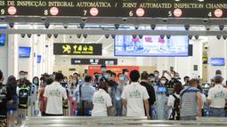Para penumpang melewati jalur inspeksi otomatis di Pelabuhan Hengqin pada 18 Agustus 2020. Pelabuhan baru untuk memfasilitasi perjalanan antara Makau dan Zhuhai, Provinsi Guangdong, China selatan, ini resmi beroperasi pada Selasa (18/8). (Xinhua/Cheong Kam Ka)