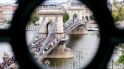 Warga Yahudi dan simpatisan menggelar aksi 'Maret for Life Hungaria' di jembatan Hungaria Lanchid, Budapest, Minggu (16/4). Mereka memperingati Holocaust yang telah menewaskan ribuan warga Yahudi di kamp-kamp konsentrasi Nazi. (AFP PHOTO / ATTILA K)