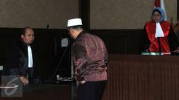 Wakil Ketua Dewan Perwakilan Daerah Sumatera Utara, Kamaluddin Harahap saat menjalani sidang putusan di pengadilan Tipikor, Jakarta, (8/6). Kamaluddin juga dikenakan denda Rp200 juta subsidair 3 bulan penjara. (Liputan6.com/Helmi Afandi)