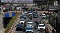 Sejumlah kendaraan melintasi Jalan Metro Pondok Indah, Jakarta, Senin (3/9). Penerapan sistem ganjil-genap di Jalan Metro Pondok Indah dihapus karena tidak ada kegiatan Asian Para Games di kawasan tersebut. (Liputan6.com/Johan Tallo)