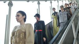 Model menuruni eskalator saat memeragakan busana pada acara Jakarta Fashion & Food Festival (JFFF) 2019 dalam gerbong Light Rail Transit (LRT) Jakarta rute Stasiun Velodrome-Stasiun Boulevard Utara, Jakarta, Selasa (13/8/2019). Busana hasil karya dari 11 desainer unggulan. (merdeka.com/IqbalNugroho)