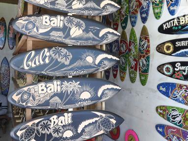 Sovenir papan seluncur terlihat di Bali, Senin (15/10).Menteri Koordinator Bidang Perekonomian Darmin Nasution meminta pelaku usaha sektor pariwisata dapat memanfaatkan program kredit usaga rakyat (KUR) dengan bunga 7%. (Liputan6.com/Angga Yuniar)