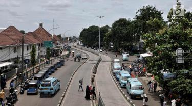 Suasana di depan Stasiun Jatinegara, Jakarta Timur, Rabu (21/3). Pemprov DKI bersama Wali Kota Jakarta Timur berencana menata ulang wilayah Segitiga Jatinegara untuk dijadikan ikon wisata di Jaktim. (Merdeka.com/Iqbal S. Nugroho)