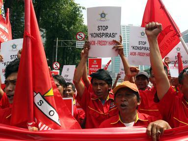 Massa dari Sentral Organisasi Karyawan Swadiri Indonesia (SOKSI) pimpinan Ali Wongso Sinaga melakukan aksi di depan gedung Direktorat Jenderal Administrasi Hukum Umum (Ditjen AHU) Kementerian Hukum dan HAM, Jakarta, (14/9). (Liputan6.com/Johan Tallo)