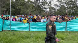 Para migran Venezuela menyaksikan sepak bola di kamp di Bogota, Kolombia (21/11). Pejabat kota menyelenggarakan turnamen sepak bola bagi migran yang tinggal di kamp yang dibangun badan kesejahteraan sosial kota tersebut. (AP Photo/Ivan Valencia)