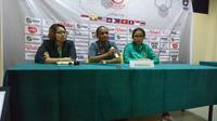 Pelatih Timnas Indonesia Putri U-16, Rully Nere, tidak terlalu puas dengan performa anak asuhnya saat menang 2-0 atas Kamboja dalam laga lanjutan Piala AFF Putri U-16 di Stadion Bumi Sriwijaya, Palembang, Jumat (4/5/2018). (Bola.com/Ivan Rida)