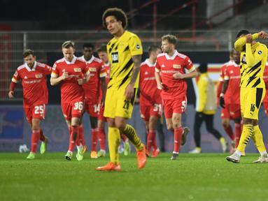 Pemain Borusia Dortmund tampak kecewa usai kalah menghadapi Union Berlin pada laga lanjutan Liga Jerman di Stadion Alte Forsterei, Sabtu (19/12/2020) dini hari WIB. Borussia Dortmund kalah 1-2 melawan Union Berlin. (AFP/Annegret Hilse/pool)